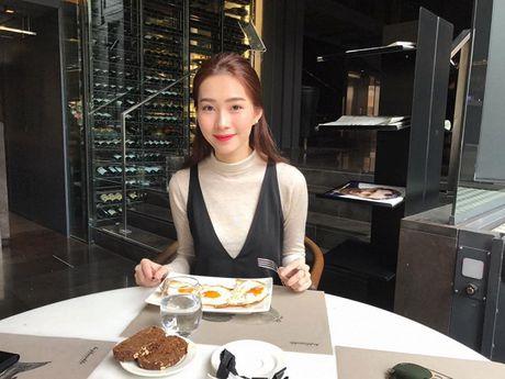 Tin sao Viet moi 1/11: Hoai Linh bi chup trom khi tam, Xuan Bac dung goc cay an che - Anh 18