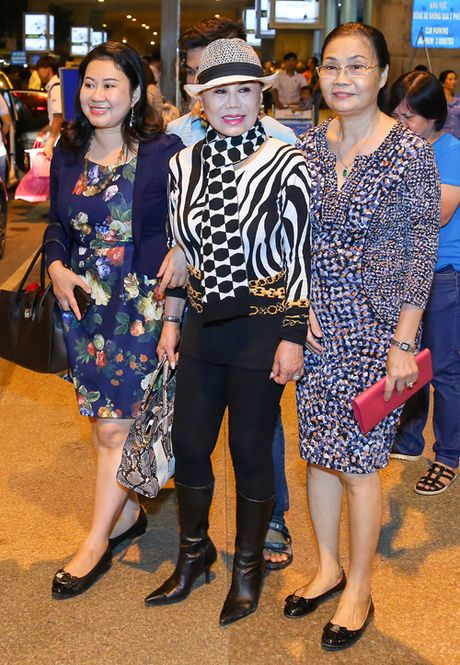 Tin sao Viet moi 1/11: Hoai Linh bi chup trom khi tam, Xuan Bac dung goc cay an che - Anh 36