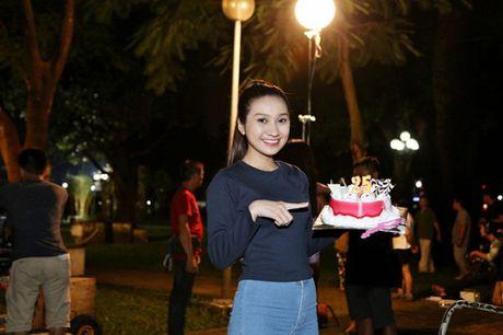 Tin sao Viet moi 1/11: Hoai Linh bi chup trom khi tam, Xuan Bac dung goc cay an che - Anh 7