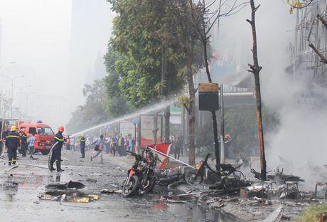 Chum anh: No luc chua chay tai vu hoa hoan kinh hoang tren duong Tran Thai Tong - Anh 9