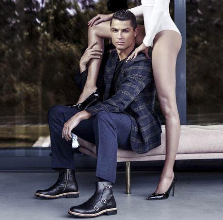 Ronaldo chup hinh goi cam ben chan dai - Anh 1