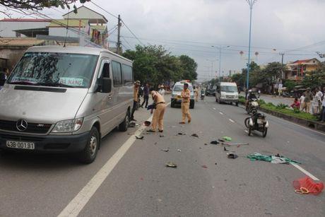 Quang Tri: Xe ba banh tong duoi xe khach tren QL1 - Anh 1