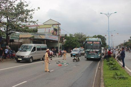 Quang Tri: Xe ba banh tong duoi xe khach tren QL1 - Anh 3