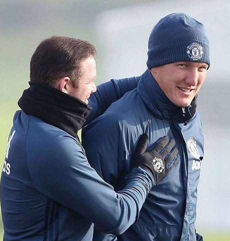 Mourinho cho Schweinsteiger tap tro lai voi Man Utd - Anh 2
