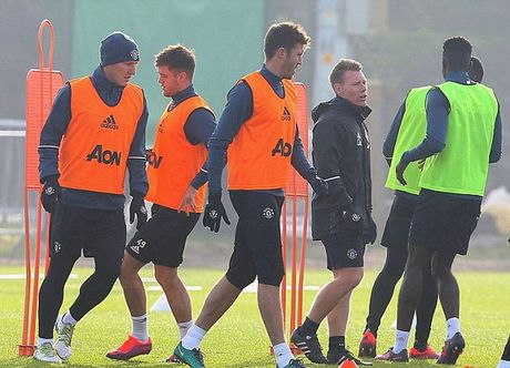 Mourinho cho Schweinsteiger tap tro lai voi Man Utd - Anh 4