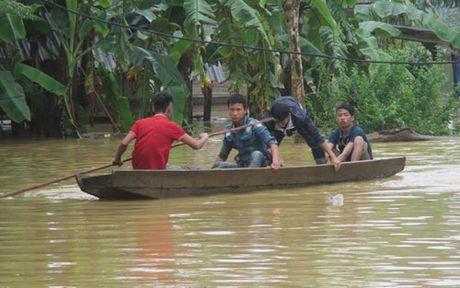 Ha Tinh: Gan 2.400 ho dan vung ron lu Huong Khe bi ngap - Anh 2