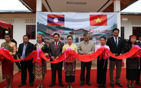 Ban giao truong mam non o Lao do DSQ Viet Nam xay tang - Anh 1