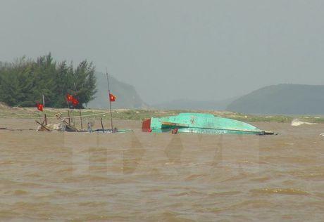 Quang Ngai: Cuu 14 lao dong tren hai tau ca bi chim trong mua lu - Anh 1