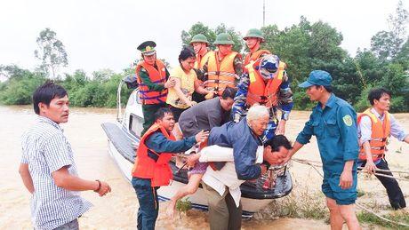 Quang Tri: Huy dong bo doi, cong an ung cuu dan trong lu - Anh 1