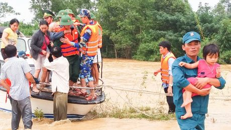 Quang Tri: Huy dong bo doi, cong an ung cuu dan trong lu - Anh 3
