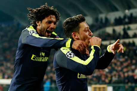 Gianh ve du vong knock-out, Arsenal lap 2 ky luc o Champions League - Anh 1