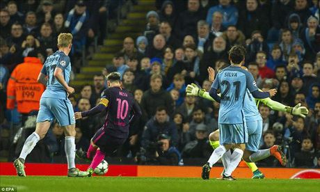 Choc thung luoi Man City, Lionel Messi tro thanh 'Vua vong bang' - Anh 2