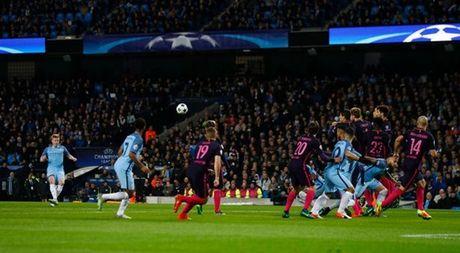 5 diem nhan Man City 3-1 Barca: Lo hong Iniesta; Khac biet De Bruyne - Anh 1