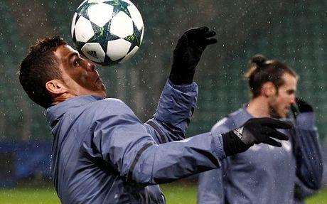 Ronaldo tap trung luyen ky nang truoc tran cau khong khan gia - Anh 1