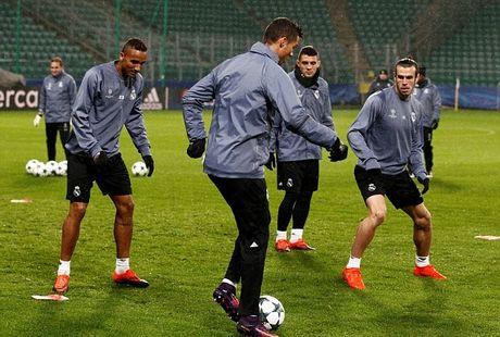 Ronaldo tap trung luyen ky nang truoc tran cau khong khan gia - Anh 4