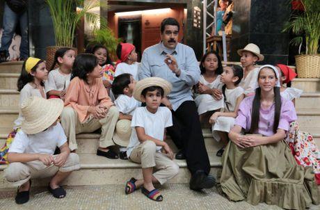 Chum anh Tong thong Venezuela giao luu voi cong chung - Anh 2