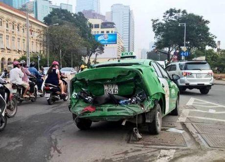 Taxi bi xe dau keo tong bien dang tren cau Khanh Hoi - Anh 2