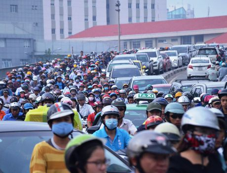 Taxi bi xe dau keo tong bien dang tren cau Khanh Hoi - Anh 3