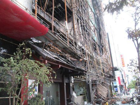 Hien truong tan hoang sau vu chay kinh hoang quan karaoke o Tran Thai Tong - Anh 11