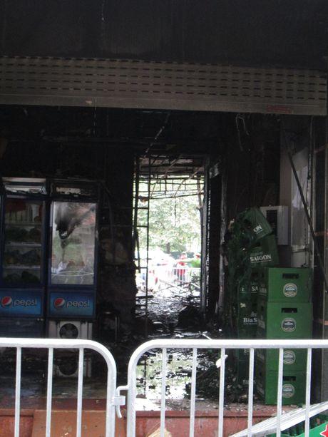 Hien truong tan hoang sau vu chay kinh hoang quan karaoke o Tran Thai Tong - Anh 8