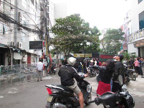 Hien truong tan hoang sau vu chay kinh hoang quan karaoke o Tran Thai Tong - Anh 9