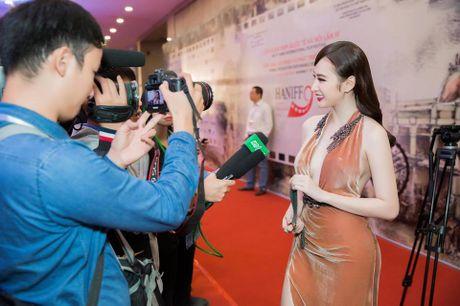 Angela Phuong Trinh dien dam xe tao bao, gay nao loan tham do lien hoan phim - Anh 13