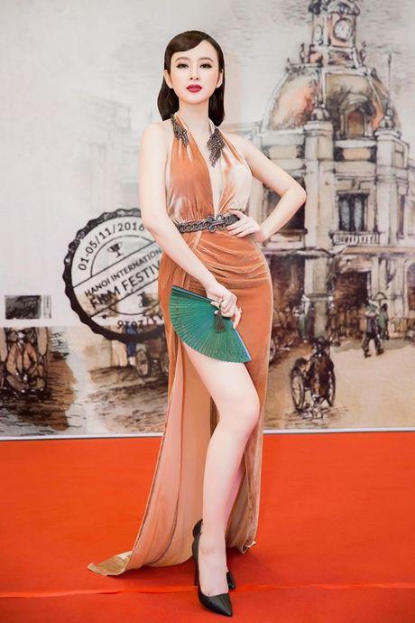 Angela Phuong Trinh dien dam xe tao bao, gay nao loan tham do lien hoan phim - Anh 2