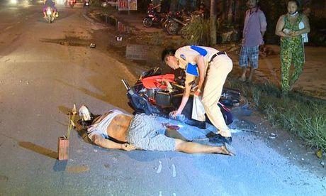 Vinh Long: Mot nguoi di xe may nga xuong duong bi xe tai can chet - Anh 1