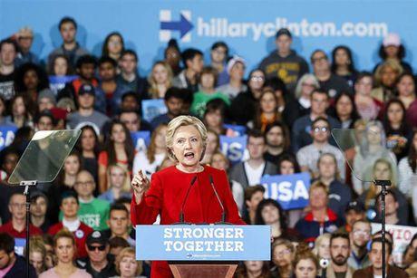 Ba Clinton tran an nguoi ung ho - Anh 1