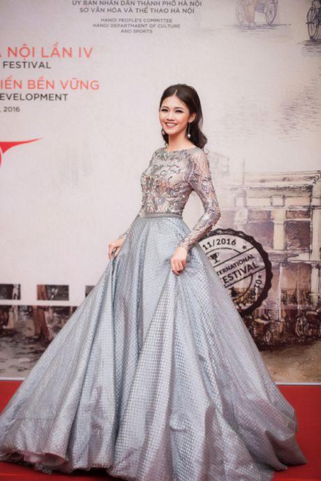 Hoa hau My Linh, A hau Thanh Tu mac do doi 'do sac' hap dan - Anh 5