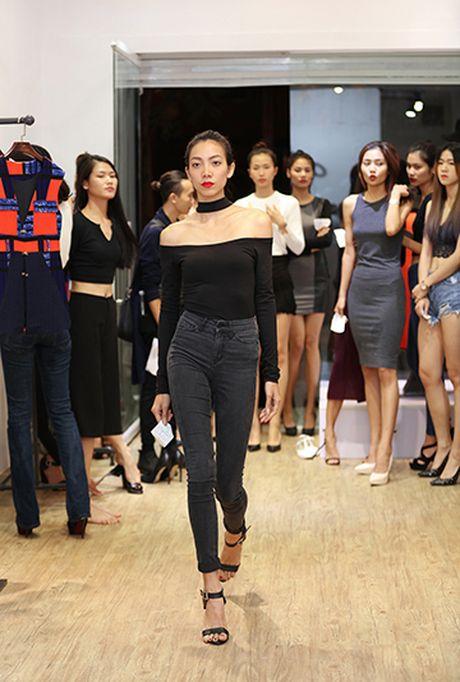 Hoang Thuy keo vai ao tre nai khi di thu do - Anh 11