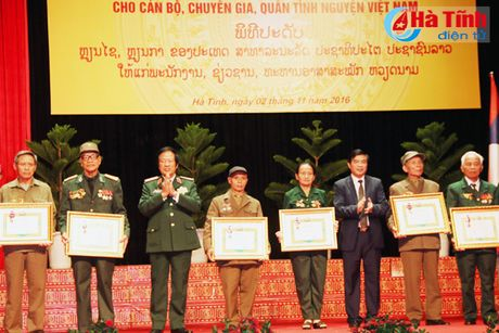 Trao tang Huan, Huy chuong nuoc CHDCND Lao cho can bo, chuyen gia tinh nguyen Viet Nam - Anh 10
