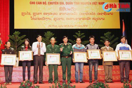 Trao tang Huan, Huy chuong nuoc CHDCND Lao cho can bo, chuyen gia tinh nguyen Viet Nam - Anh 11