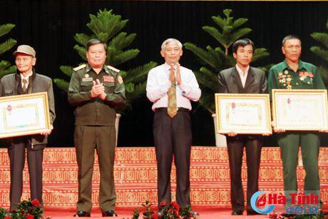 Trao tang Huan, Huy chuong nuoc CHDCND Lao cho can bo, chuyen gia tinh nguyen Viet Nam - Anh 12