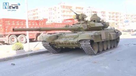 Quan doi Syria tung xe tang T-90 tan cong Aleppo - Anh 1