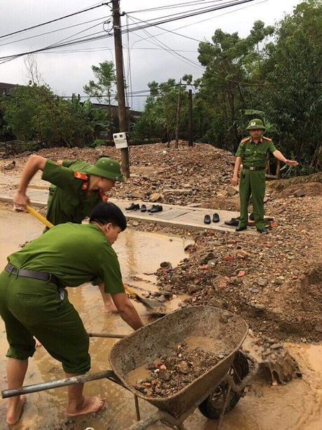 Cu dan mang cam dong truoc hinh anh cong an loi bun don lu - Anh 2