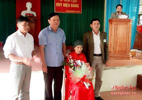 Trao tang Huy hieu Dang cho cac Dang vien cao tuoi - Anh 1
