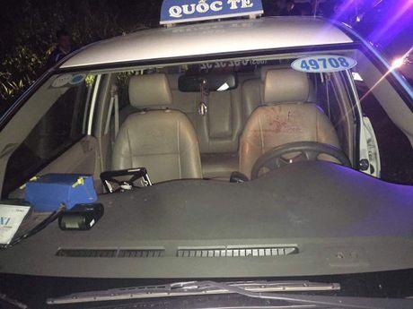 Ba doi tuong tao ton khong che cuop tai xe taxi - Anh 1