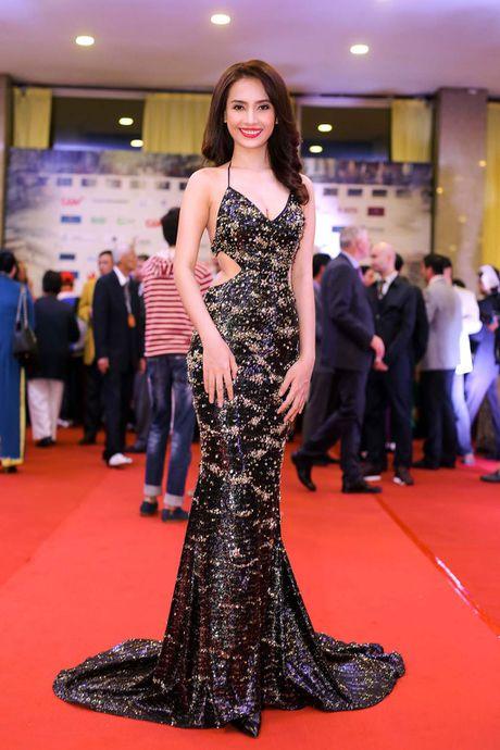 Angela Phuong Trinh 'mua quat' tren tham do Lien hoan phim quoc te Ha Noi - Anh 10