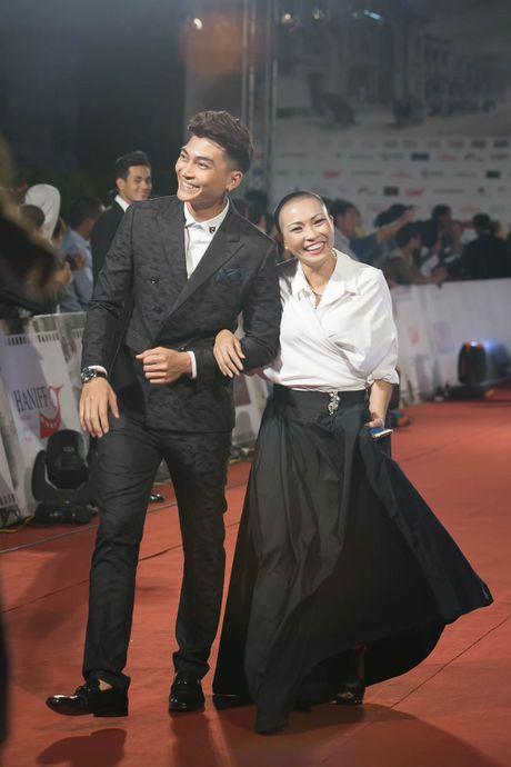Angela Phuong Trinh 'mua quat' tren tham do Lien hoan phim quoc te Ha Noi - Anh 14