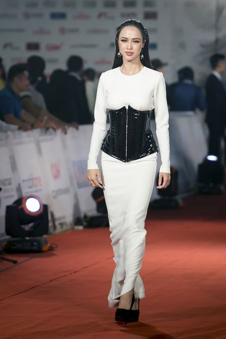 Angela Phuong Trinh 'mua quat' tren tham do Lien hoan phim quoc te Ha Noi - Anh 16