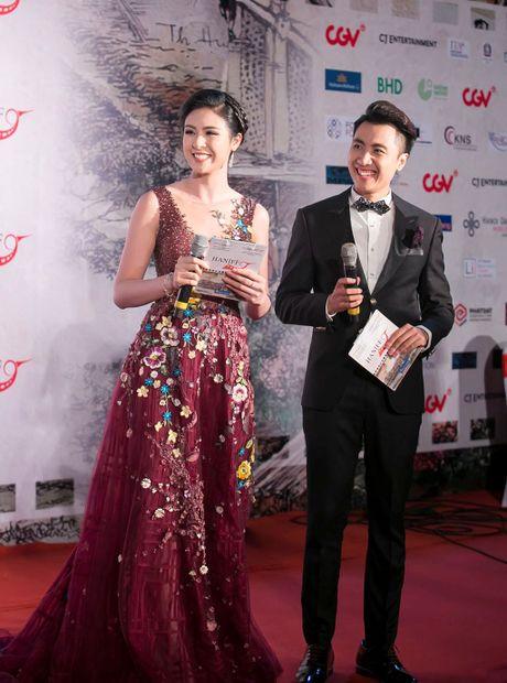Angela Phuong Trinh 'mua quat' tren tham do Lien hoan phim quoc te Ha Noi - Anh 17