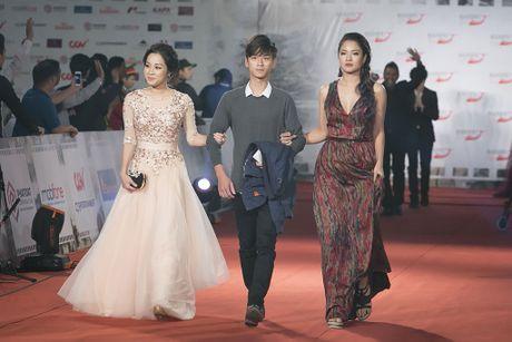 Angela Phuong Trinh 'mua quat' tren tham do Lien hoan phim quoc te Ha Noi - Anh 18