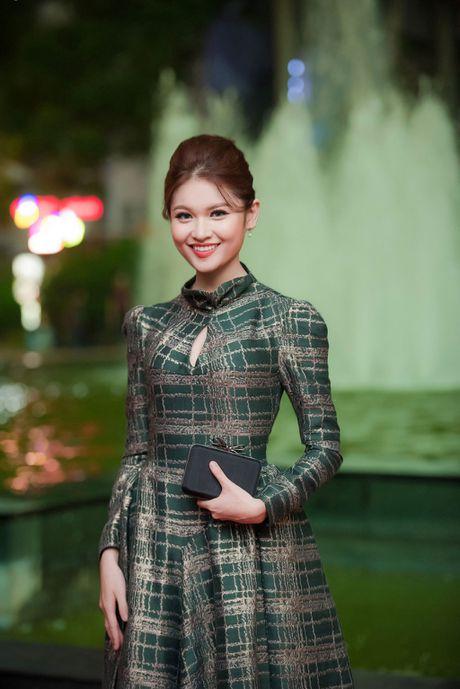 Angela Phuong Trinh 'mua quat' tren tham do Lien hoan phim quoc te Ha Noi - Anh 6