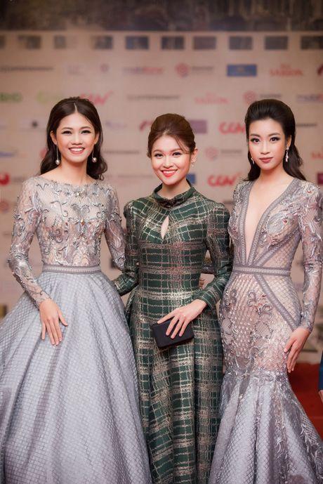 Angela Phuong Trinh 'mua quat' tren tham do Lien hoan phim quoc te Ha Noi - Anh 7