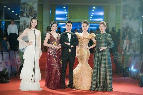 Angela Phuong Trinh 'mua quat' tren tham do Lien hoan phim quoc te Ha Noi - Anh 9