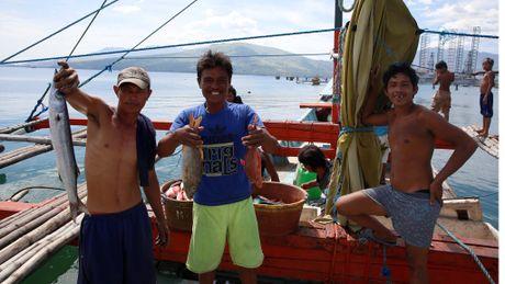 Ngu dan Philippines chi duoc danh bat ngoai ria bai can Scarborough - Anh 1