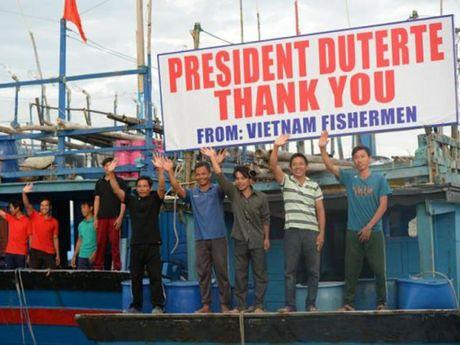 Tong thong Philippines chung kien le trao tra 17 ngu dan Viet Nam - Anh 1
