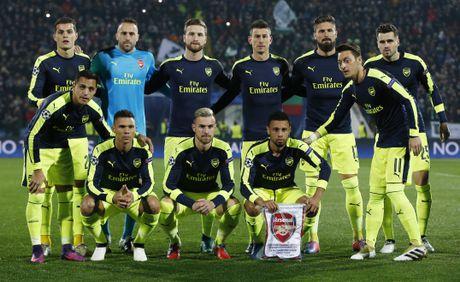 Oezil solo dang cap giup Arsenal gianh ve vao vong knock-out - Anh 1