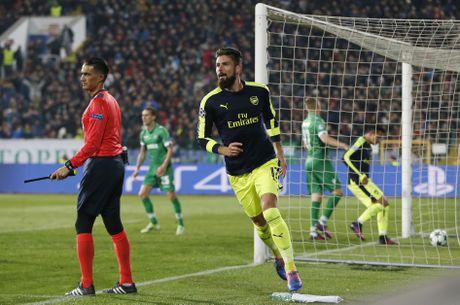 Oezil solo dang cap giup Arsenal gianh ve vao vong knock-out - Anh 5